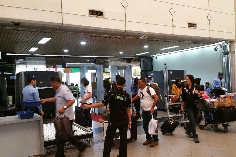 Ilustrasi: Sejumlah penumpang terlihat melakukan antrian untuk check in keberangkatan salah satu maskapai di Bandara Hang Nadhim Batam beberapa waktu lalu.