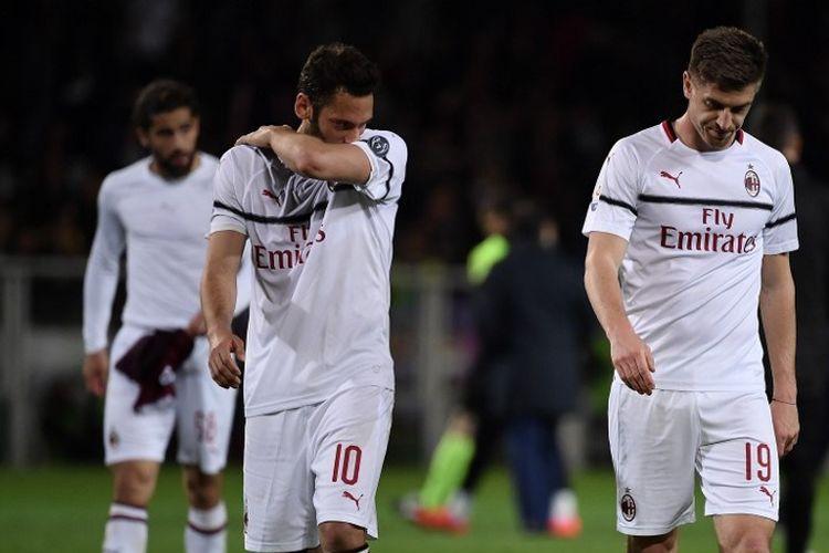 Hakan Calhanoglu dan Krzysztof Piatek tampak kecewa seusai timnya mengalami kekalahan pada laga Torino vs AC Milan dalam lanjutan Liga Italia di Stadion Olimpico Turin, 28 April 2019.