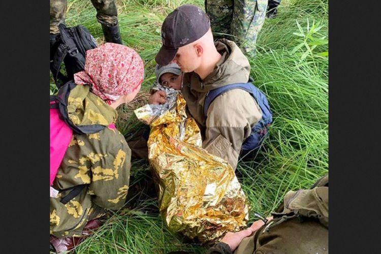 Petugas penyelamat menemukan Kolya Barkhatov (3) yang hilang di hutan wilayah Omsk, Rusia selama dua malam.