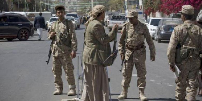 Pemberontak Houthi melakukan patroli di Sanaa, ibu kota Yaman.