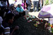 Isak Tangis Iringi Pemakaman Korban Helikopter Jatuh di Morowali