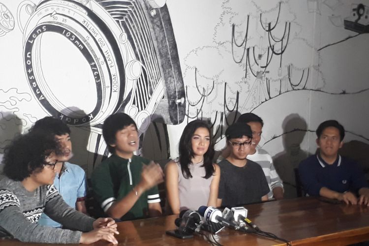 DMASIV bersama Angela Gilsha dan Dimas Bojonegoro bertemu dengan para wartawan di sela shooting klip video lagu baru DMASIV, Tak Punya Nyali, di Bebek Renon, Bintaro, Jakarta Selatan, Rabu (6/9/2017).