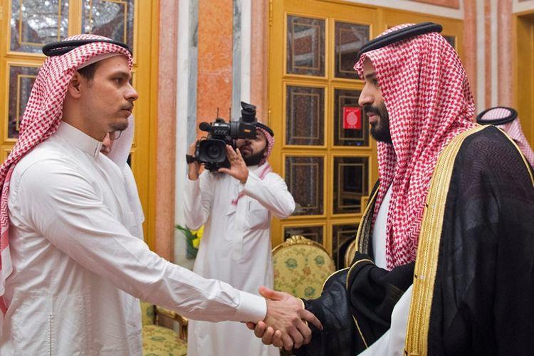 Putra tertua Jamal Khashoggi, Salah (kiri) berjabat tangan dengan Putra Mahkota Arab Saudi Mohammed bin Salman, dalam pertemuan keduanya di Istana Kerajaan Saudi, Riyadh, Selasa (23/10/2018).