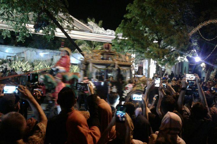 Kedua mempelai, Muhammad Bobby Afif Nasution dan Kahiyang Ayu tiba di Gedung Graha Saba Buana Solo, Jawa Tengah, Rabu (8/11/2017) menaiki kereta kencana.
