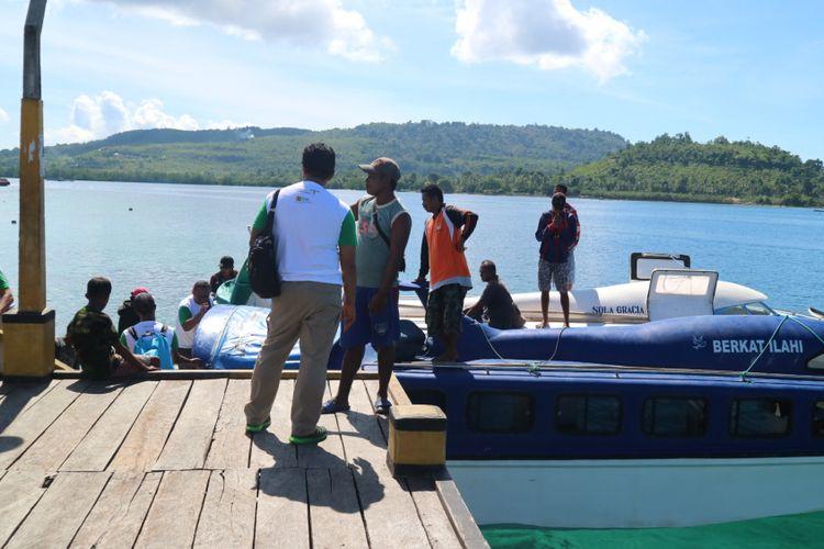 Wisatwan sampai di dermaga Porto, Pulau Saparua, setelah satu setengah jam mengarungi laut banda dari Pulau Ambon, Rabu (12/11/2017).