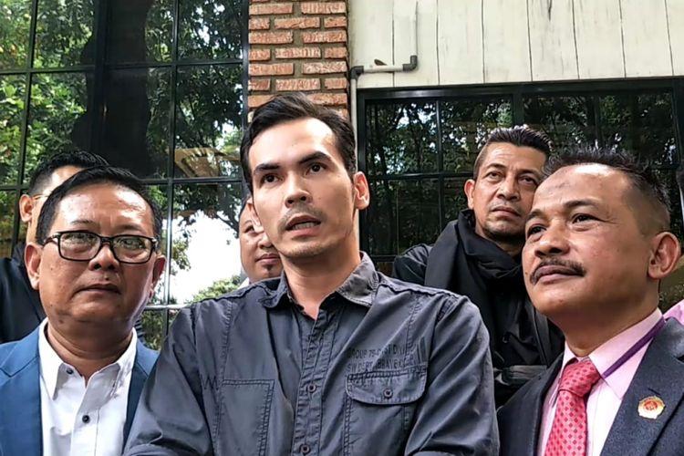 Atalarik Syah bersama tim kuasa huknya saat ditemui di Polda Metro Jaya, Jakarta Selatan, Rabu (11/7/2018).