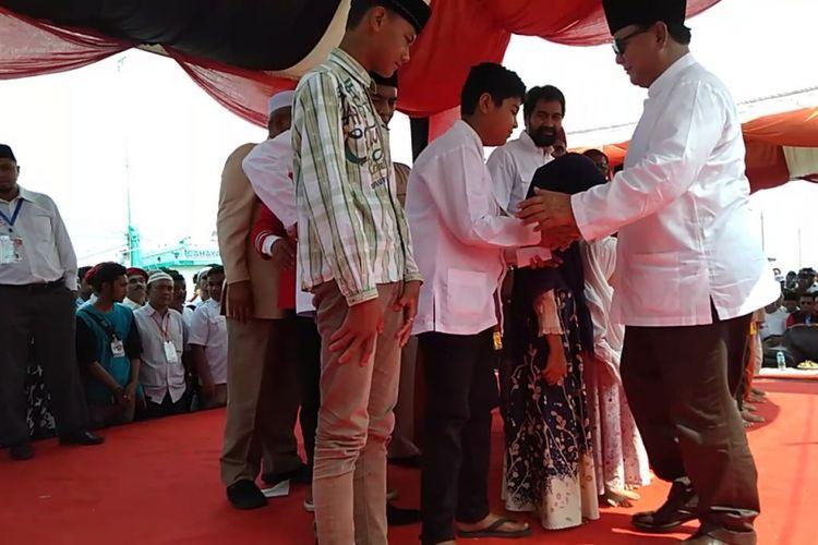 Calon Presiden RI Nomor urut 2 Prabowo Subianto menghadiri Haul 14 tahun tsunami Aceh, dan dalam kegiatan tersebut Prabowo Subianto juga memberi santunan kepada anak yatim.*****