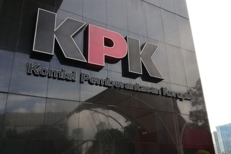 logo Komisi Pemberantasan Korupsi (KPK) di Gedung KPK.