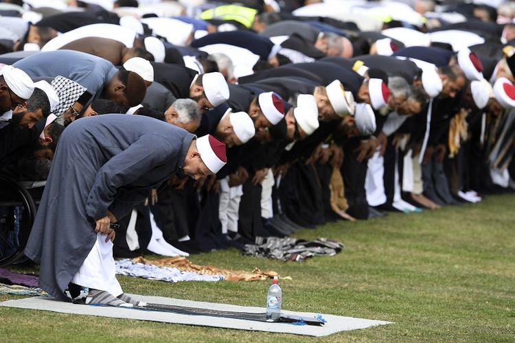 Imam Masjid Al Noor Gamal Fouda (paling depan) memimpin Shalat Jumat pada 22 Maret 2019. Shalat Jumat itu terjadi sepekan setelah penembakan yang terjadi Al Noor dan Linwood pekan lalu (15/3/2019), dan menewaskan 50 jemaah.