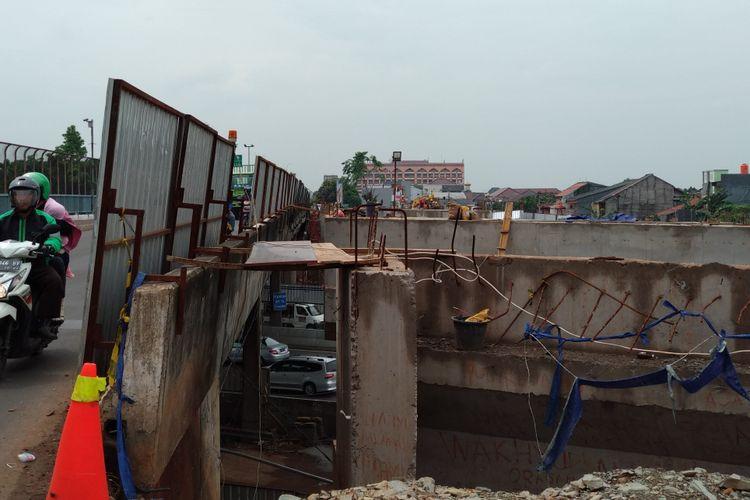Kondisi jembatan Jatiwaringin, Rabu (15/11/2017). Pihak PUPR Bekasi rencananya akan melakukan pemasangan girder di jembatan tersebut, namun prosesnya ditunda sampai ada kajian keamanan.