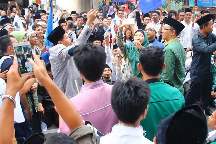 Paslon Zulkieflimansyah dan Siti Rihmi Djalilah (hijau) tengah selfie di tengah massa pendukungnya seusai mendaftar di KPUD NTB, Rabu (10/1/2018).