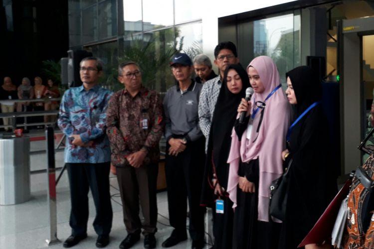 Istri penyidik Komisi Pemberantasan Korupsi (KPK) Novel Baswedan, Rina Emilda mengikuti aksi peringatan 100 hari penyerangan Novel. Aksi yang diikuti banyak pegawai KPK tersebut digelar di depan gedung KPK, Kuningan, Jakarta. Kamis (20/7/2017)