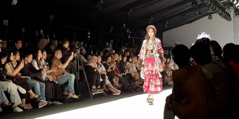 Koleksi busana Darwin Aboriginal Arts Fair Foundation (DAAF) saat Jakarta Fashion Week 2019. DAAF juga berbagi panggung dengan Batik Chic yang digarap Novita Yunus.