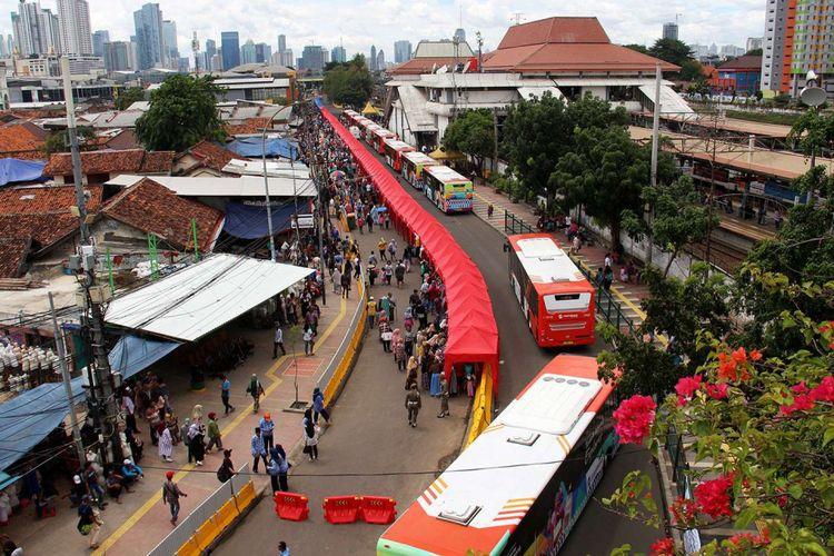 Suasana di Jalan Jatibaru, Tanah Abang, Jakarta, Jumat (22/12/2017). Sehubung keputusan Gubernur DKI Jakarta Anies Baswedan, ruas jalan di depan stasiun ditutup untuk kendaraan bermotor pada pukul 08.00-18.00 WIB.
