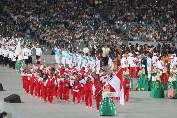 Defile kontingen Indonesia yang dipimpin oleh Ketua Satlak Prima Suwarno pada pembukaan Asian Games ke-17 di Stadion Utama Asiad Incheon, Korea Selatan,  Jumat (19/9/14). Asian Games yang diikuti kontingen dari 45 negara di Asia akan berlangsung hingga 4 Oktober.   Kompas/Totok Wijayanto (TOK) 19-09-2014  DIMUAT 21/10/14 HAL 28 *** Local Caption *** Defile kontingen Indonesia yang dipimpin oleh Ketua Satlak Prima Suwarno pada pembukaan Asian Games ke-17 di Stadion Utama Asiad Incheon, Korea Selatan,  Jumat (19/9). Asian Games yang diikuti kontingen dari 45 negara di Asia akan berlangsung hingga 4 Oktober.   Kompas/Totok Wijayanto (TOK) 19-09-2014