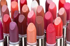 Memilih Lipstik Matte yang Teksturnya Tak Bikin Bibir Kering