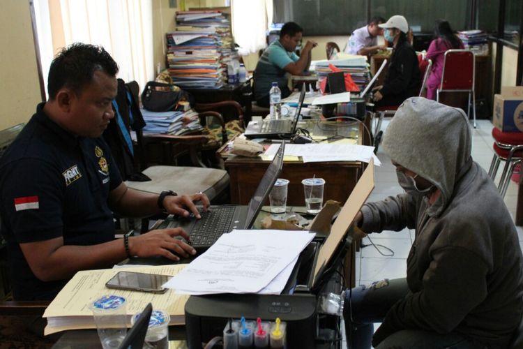 Satuan Reserse Kriminal Kepolisian Resor Jepara, Jawa Tenga?h, memeriksa ketiga penari erotis di Pantai Kartini, Jepara, di Mapolres Jepara, Selasa (17/4/2018).