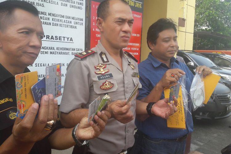 Polisi perlihatkan sejumlah barang bukti yang diperoleh dari penangkapan dua tersangka pelaku pembobolan ATM di Mapolsek Koja, Jakarta Utara, Rabu (11/4/2018).