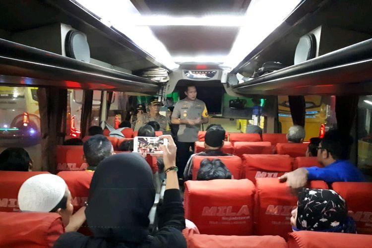 Kapolres Jember AKBP Kusworo Wibowo, saat memberikan himbauan kepada penumpang bus di Terminal Tawang Alun Jember, Jawa Timur, untuk tidak ikut aksi people power, Sabtu (18/5/2019).