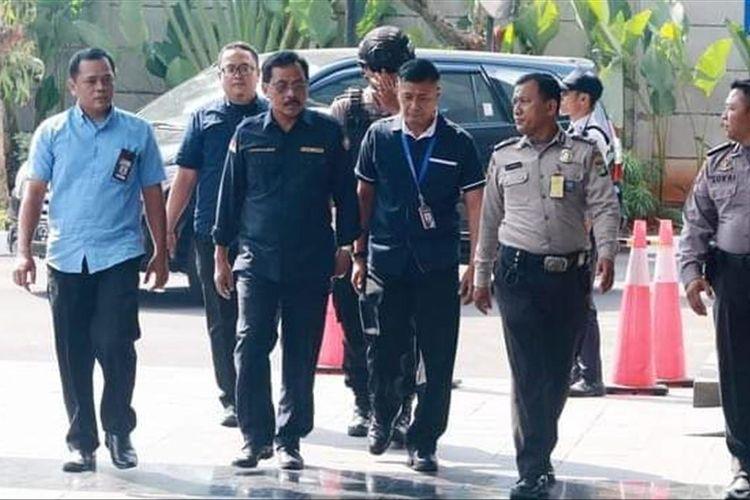 Gubernur Kepri Nurdin Basirun saat tiba di Bandara RHF, selanjutnya bersama rombongan Nurdin langsung terbang ke Jakarta menuju ke gedung KPK