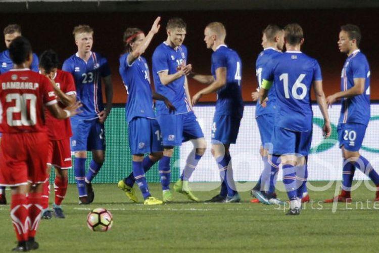 Pemain timnas Islandia merayakan gol ke gawang Indonesia Selection pada laga persahabatan di Stadion Maguwoharjo, Sleman, Kamis (11/1/2018).