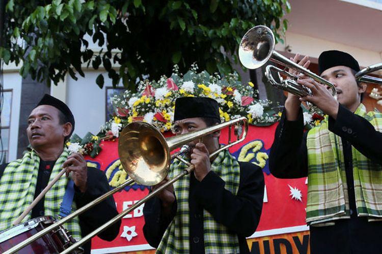 Kesenian Tajidor ikut menyambut kedatangan Presiden Joko Widodo dan nyonya Iriana di lokasi acara Lebaran Betawi Ke-10 di Setu Babakan, Jakarta Selatan, Minggu (30/7/2017). Dalam kesempatan itu Presiden meminta agar Budaya Betawi terus dikembangkan.