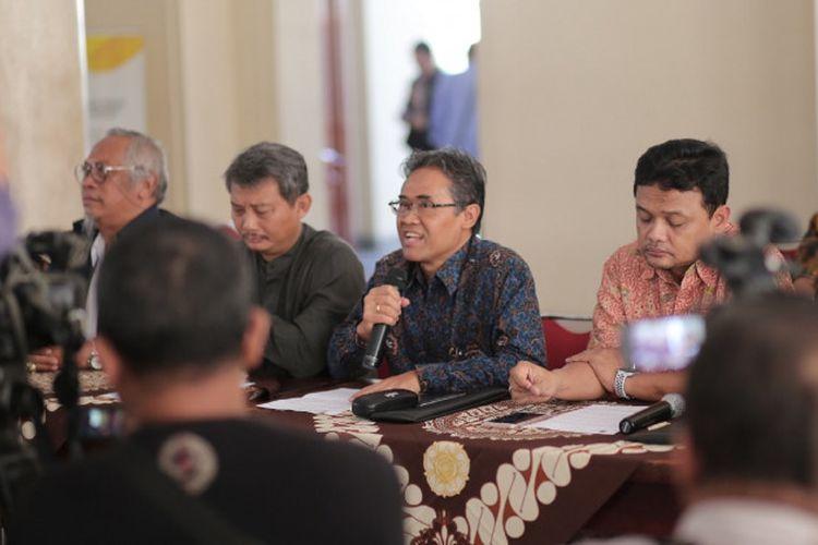 Rektor UGM, Prof. Panut Mulyono saat menyampaikan deklarasi pesan persatuan dan perdamaian di Balairung, Gedung Pusat UGM, Jumat (24/5/2019).