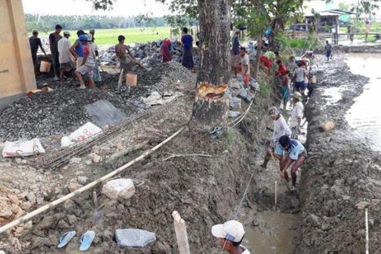 Para pekerja sedang membangun fondasi Rumah Sakit Indonesia di Rakhine, Myanmar
