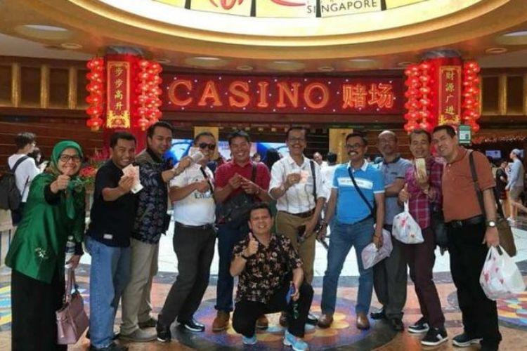Foto anggota DPRD Kabupaten Limapuluh Kota, Sumatera Barat, pamer uang dolar di depan sebuah kasino yang disebut berada di Singapura viral di media sosial.(dok. Nurzen Pekanbaru)