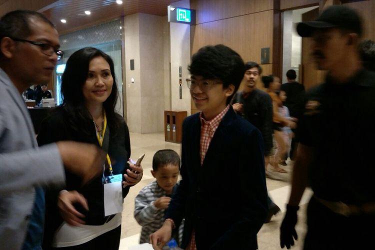 Joey Alexander menyapa penggemar sebelum tampil dalam konsernya di Indonesia Convention Exhibition(ICE), BSD City, Tangerang, Minggu (12/11/2017).