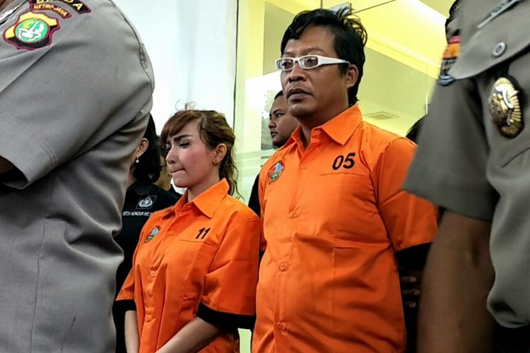 Roro Fitria mengenakan baju tahanan di Mapolda Metro Jaya, Kamis (15/2018).