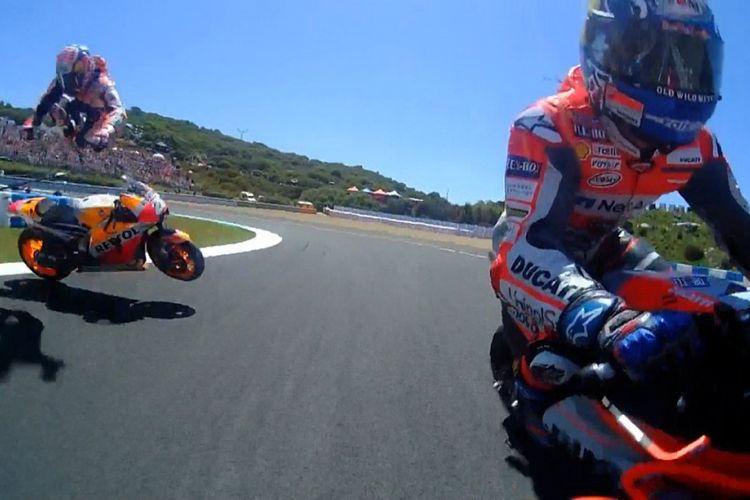 Cuplikan gambar yang diambil dari sepeda motor Jorge Lorenzo beberapa detik setelah senggolan dengan Dani Pedrosa.
