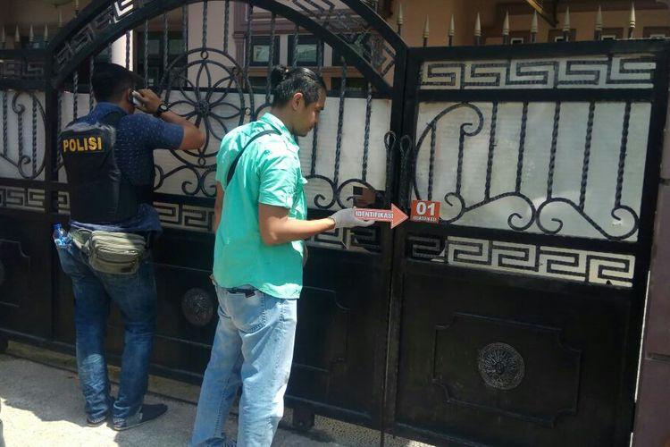 Petugas kepolisian melakukan olah TKP di rumah yang menjadi sasaran pelaku perampokan, Kamis (12/7/2018).