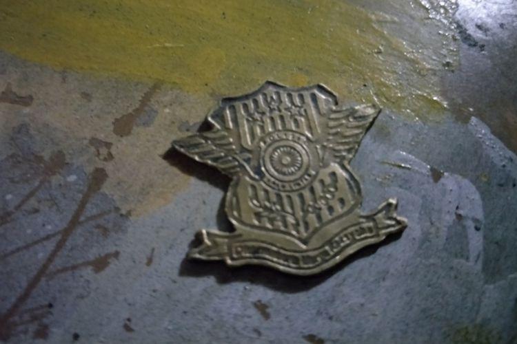 Cetakan logo polisi yang digunakan tukang pelat di Palmerah Barat, Jakarta Pusat membuat logo palsu. Foto diambil pada Rabu (1/8/2018).