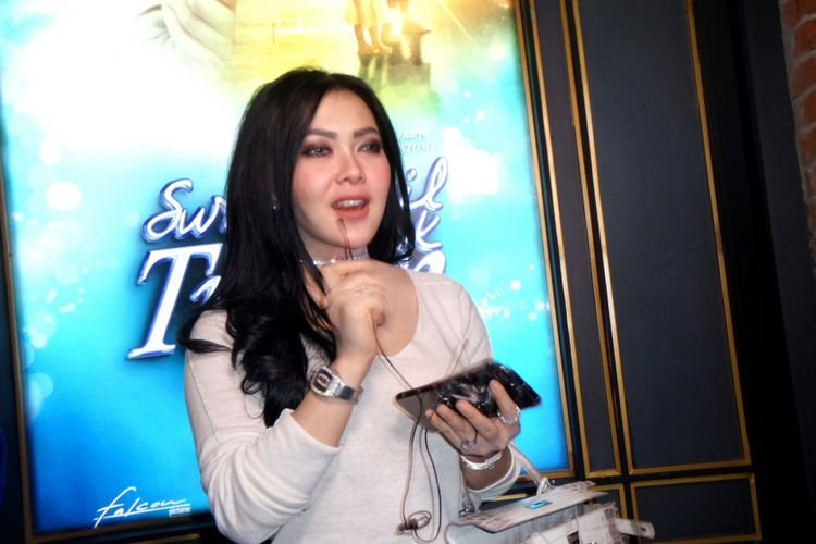 Vokalis Syahrini saat diabadikan di Grand Indonesia, Tanah Abang, Jakarta Pusat, Selasa (20/6/2017).