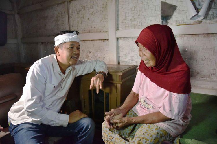 Dedi Mulyadi saat berkunjung ke rumah Nek Iwik, di Cisayong, Kabupaten Tasikmalaya, Senin (12/2/2018).