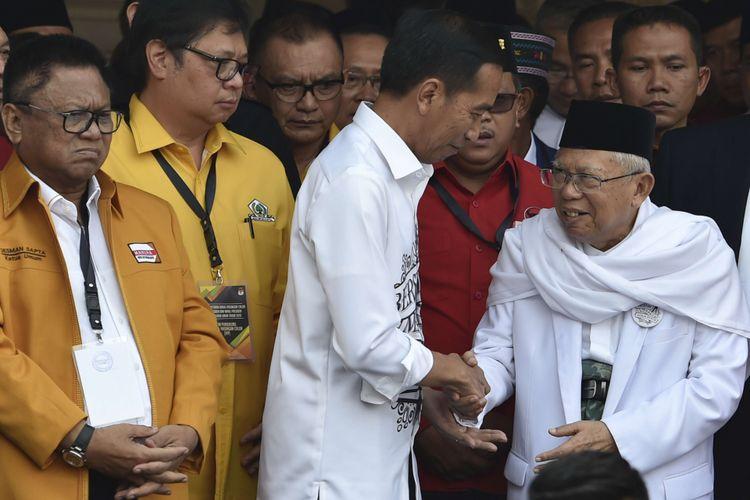 Calon presiden petahana Joko Widodo (tengah)  menyalami calon wakil presiden Maruf Amin (kanan), disaksikan Ketua Umum Hanura Oesman Sapta (kiri) dan Ketua Umum Golkar Airlangga Hartarto (kedua kiri) usai menyampaikan pidato politik di Gedung Joang, Jakarta, Jumat (10/8/2018). Joko Widodo menyampaikan pidato politik sebelum mendaftarkan diri ke KPU untuk Pilpres 2019.