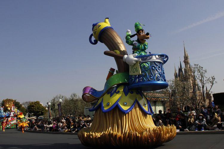 Goofy sebagai salah satu tokoh dalam film Disney tampil dalam parade di Tokyo Disneyland, Jumat (13/4/2018).(KOMPAS.com/Erwin Hutapea)