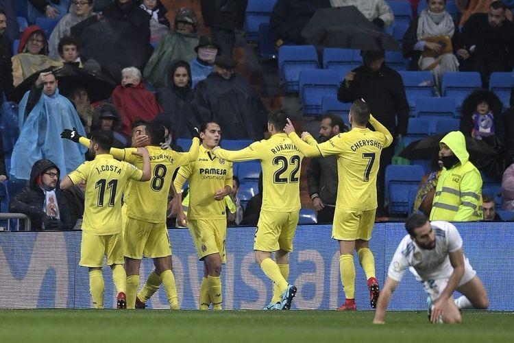 Para pemain Villarreal merayakan gol Pablo Fornals ke gawang Real Madrid pada pertandingan La Liga di Stadion Santiago Bernabeu, Sabtu (13/1/2018).