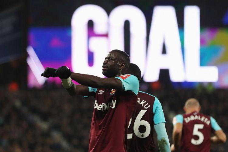 Cheikhou Kouyate merayakan gol West Ham United ke gawang Leicester City pada lanjutan Premier League, Jumat (24/11/2017).