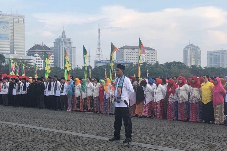 PNS DKI Jakarta mengikuti apel peringatan Hari Ulang Tahun (HUT) ke-491 DKI Jakarta, di Lapangan Monas, Jumat (22/6/2018).