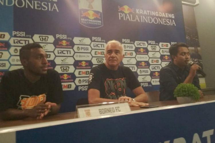 Pelatih Borneo FC Mario Gomez bersama gelandang Terens Puhiri saat menghadiri sesi konferensi pers jelang laga kontra Persib di Graha Persib, Jalan Sulanjana, Jumat (3/5/2019).