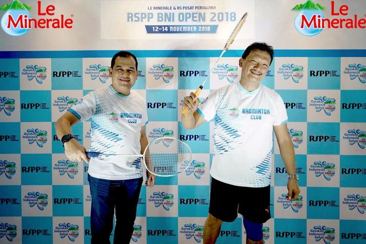 Regional Sales Promotion Manager Le Minerale Dolphin Siregar (kiri) dan Direktur Rumah Sakit Pusat Pertamina dr. Haris Tri Prasetyo, SpPD (kanan) saat peluncuran Turnamen Bulu Tangkis RSPP-BNI Open 2018 di Jakarta pada Rabu (14/11/2018).