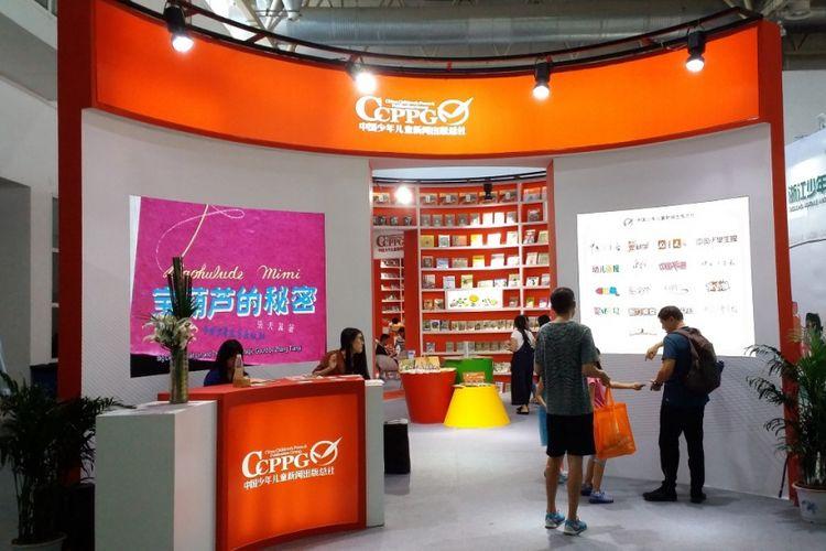 Salah satu penerbit buku di China tampil dengan stan berwarna oranye dan putih dalam acara Beijing International Book Fair 2017 yang diadakan pada 23-27 Agustus 2017 di Beijing, China.