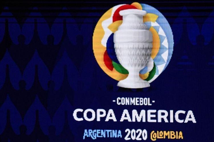 Trofi Copa America dan bola resmi terlihat selama pengundian turnamen sepak bola Copa America 2020, di Convention Center di Cartagena, Kolombia, pada 3 Desember 2019. - Turnamen sepakbola Copa America 2020 akan diselenggarakan bersama oleh Argentina dan Kolombia tahun depan dari 12 Juni hingga 12 Juli.