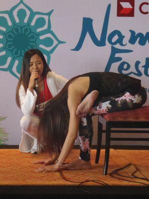 Guru Yoga Deera Dewi mencontohkan gerakan tubuh menekuk sebagai salah satu gerakan yoga sederhana yang bisa dilakukan di sela waktu kerja.