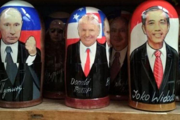 Matryoshka, atau boneka kayu tradisonal Rusia, bergambar Joko Widodo ditempatkan bersebelahan dengan matryoshka Donald Trump dan Vladimir Putin di pasar suvenir Izmailovo, Rusia.