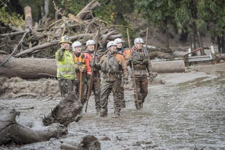 Petugas terus melakukan penyisiran di kawasan Montecito, California, setelah banjir lumpur menyerang kawasan tersebut dan Santa Barbara Selasa (9/1/2018).