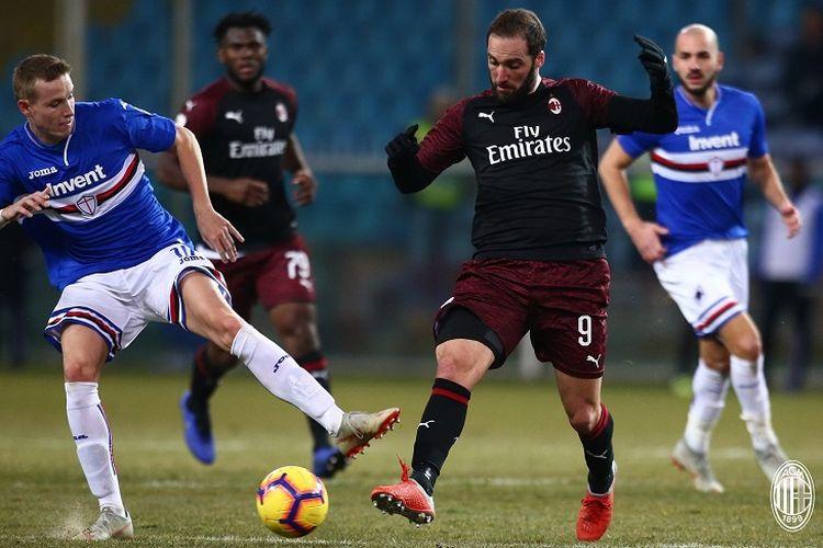 Penyerang AC Milan, Gonzalo Higuain, sedang berebut bola bersama salah satu pemain Sampdoria pada laga babak 16 besar Coppa Italia, Sabtu (12/1/2019) atau Minggu dini hari WIB.