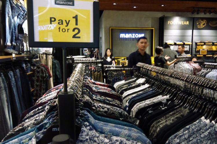 Pakaian pria di gerai man one stop shopping Manzone, Mal Kota Kasablanka, Jakarta Selatan. Pengelola Manzone, PT Mega Perintis menggandeng Bank Ganesha menggunakan aplikasi mobile banking Bangga untuk proses penjualan produk-produk di Manzone.